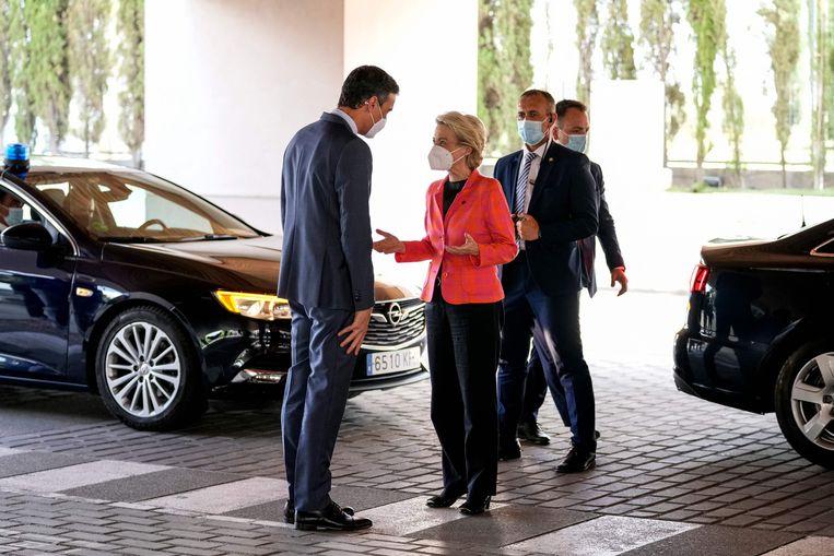 Premier Pedro Sánchez (links) van Spanje verwelkomt Von der Leyen woensdag nabij Madrid. Beeld AFP