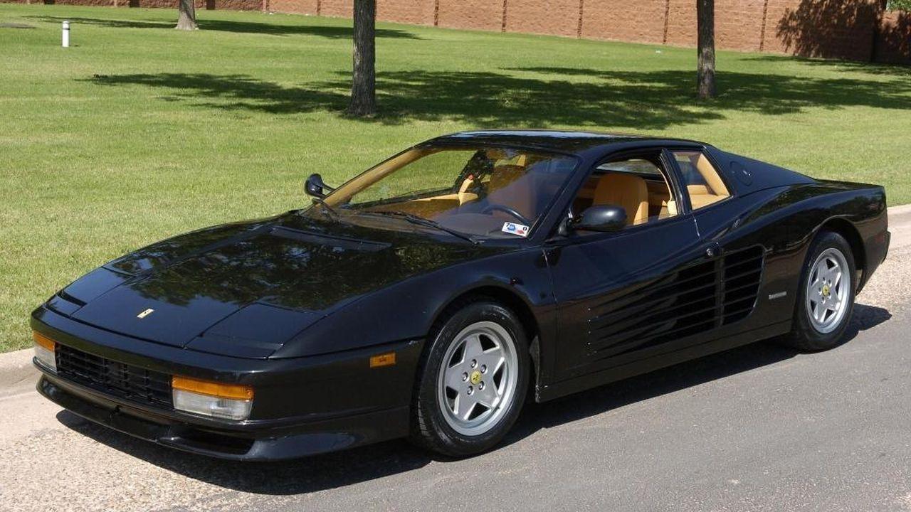 De zwarte Ferrari Testarossa.