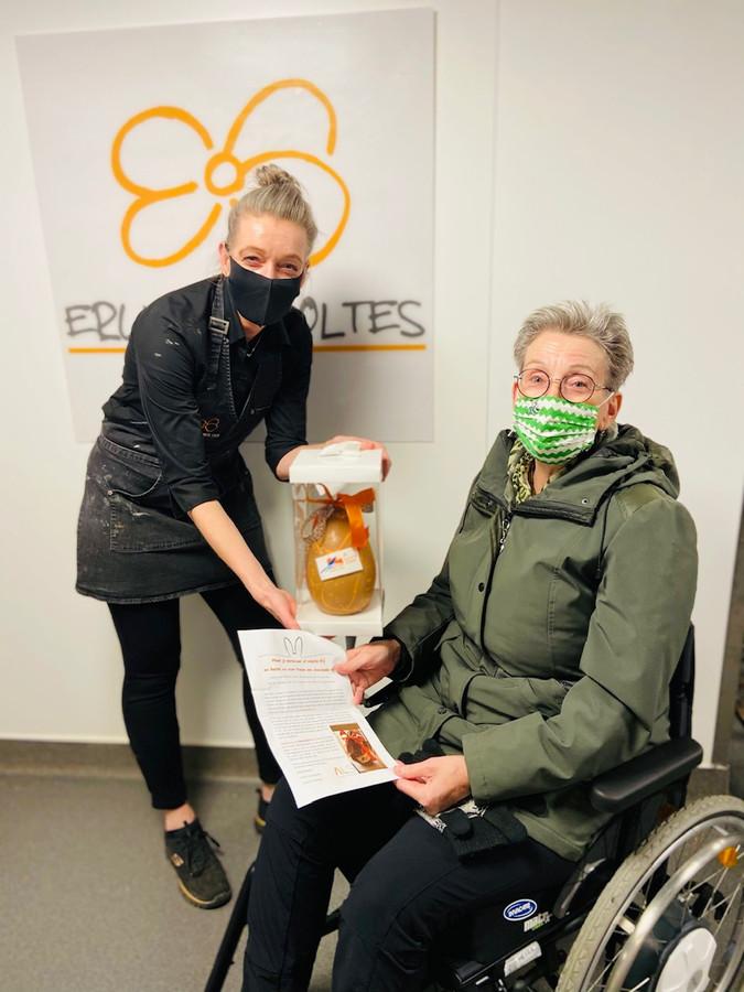 Marloes Scholtes (links) en Jeanet van Holsteijn met het grote paasei voor ALS.