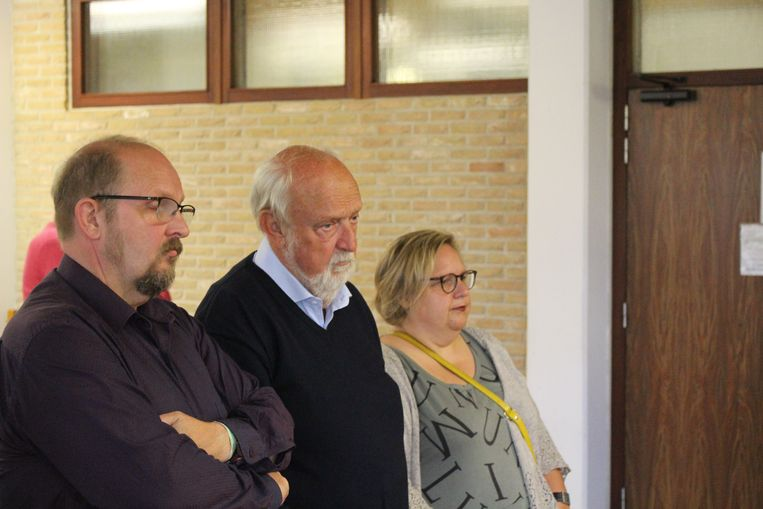 Abel Vallaeys, omringd door zijn kinderen, verloor zijn vrouw bij het dramatische ongeval met de torenkraan. Archieffoto van op de inleidende zitting in september vorig jaar.