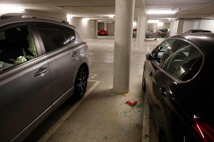 In de parkeergarage op Plein 44 zijn zeker 29 auto's gekraakt.
