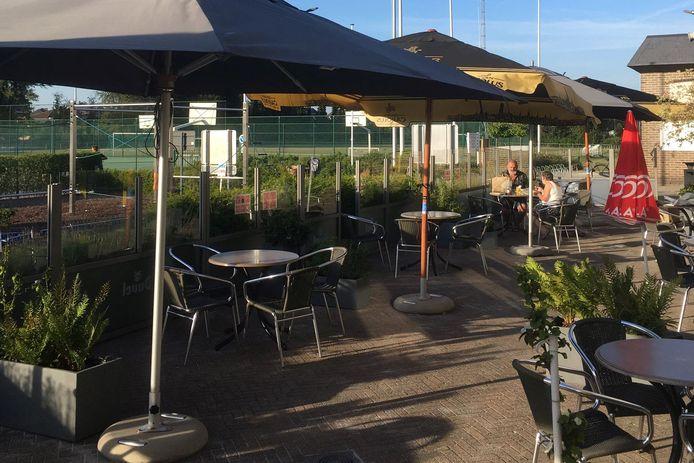 Ook het terras van de cafetaria aan sporthal De Ommegang in Lede wordt vanaf zaterdag 8 mei opnieuw in gebruik genomen.