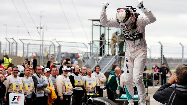 Lewis Hamilton uitzinnig van vreugde na het behalen van zijn derde wereldtitel. Beeld AP