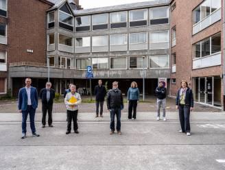 """Oud gemeentehuis voor symbolische euro naar verenigingen: """"Krachten bundelen om historisch gebouw nieuw leven te geven"""""""