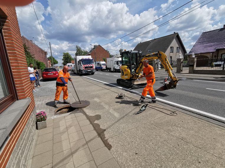 Arbeiders van De Watergroep zijn ter plaatse om het waterlek op de Ninoofsesteenweg te herstellen.