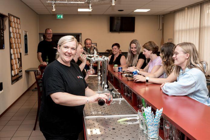 José Schikker is beheerder van 't Durps'uus de Vanger in Bruinisse. Samen met Annemarie Terwoert staat ze achter de bar.