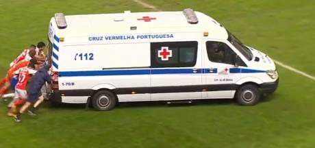 Scène surréaliste au Portugal: les joueurs de Porto et Braga poussent une ambulance en plein match