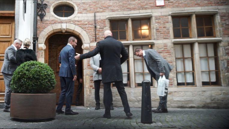 Antwerps schepen Rob Van de Velde (N-VA) maakt een buiging voor Erik Van der Paal (in het blauw) bij zijn feestje in 't Fornuis. Beeld apache.be