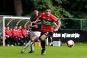 Bart van Rooij (rechts) controleert de bal in de oefenwedstrijd tegen de amateurs van NEC.