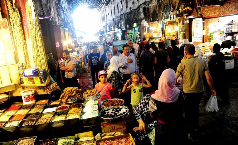 De markt van Buzoriyeh, in de oude binnenstad van Damascus, krioelt van de shoplustige Syriërs.  Beeld BELGAIMAGE