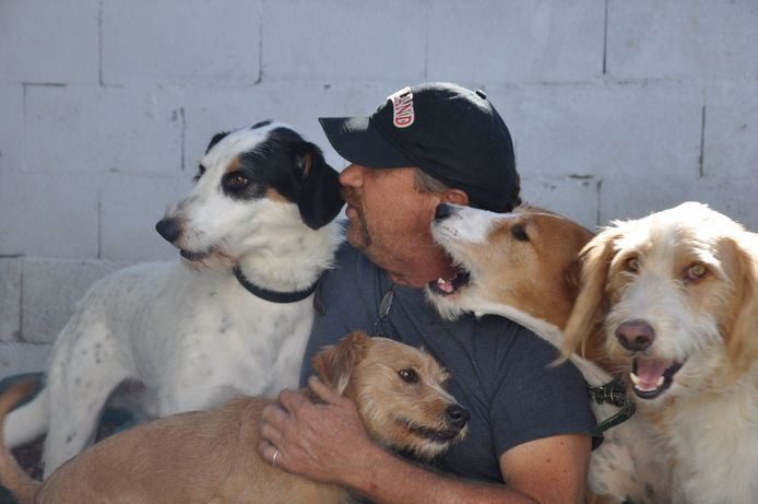 De eerder dit jaar overleden Peter Koekebakker met zijn honden in betere tijden.