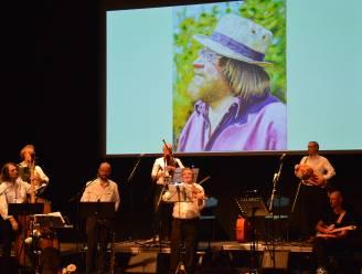 Uitverkochte cc De Plomblom geniet van mooie hommage aan zanger-kunstenaar Rufijn De Decker