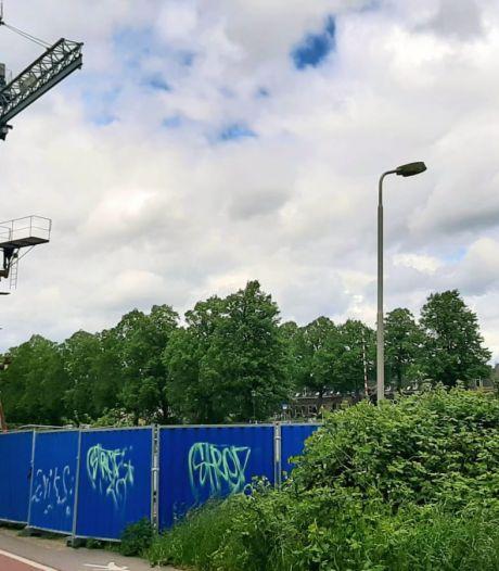 Omwonenden boos over 'aartslelijke' hekken rond oude kraan langs Merwedekanaal in Utrecht