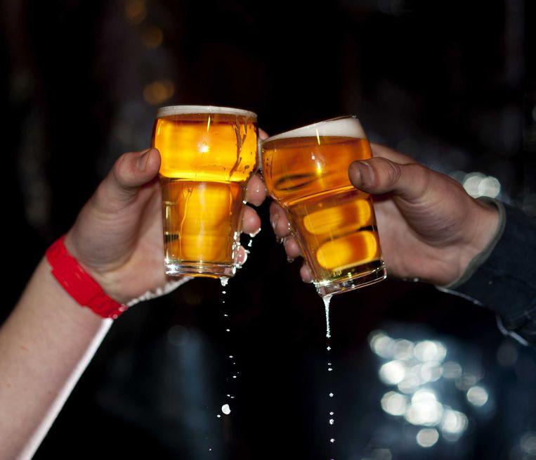 Volgens een nieuw onderzoek is er geen bewijs dat jongeren slechter gaan presteren door alcoholgebruik. Beeld anp