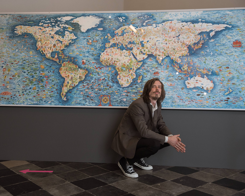 Striptekenaar Brecht Evens voor het grootste werk dat hij ooit heeft gemaakt: een muzikale wereldkaart. Beeld Wouter Maeckelberghe