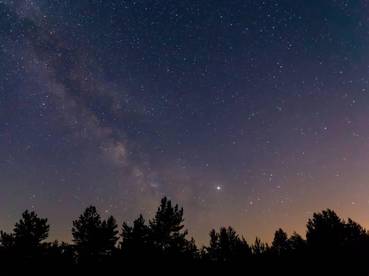 Hoog in de hemel trokken die nacht vreemde lichtjes voorbij