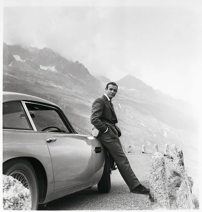 Sean Connery als James Bond met zijn Aston Martin DB5 in Goldfinger