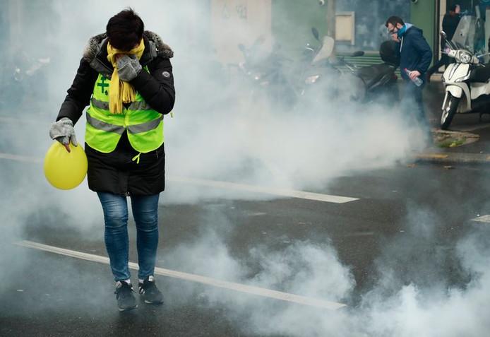 Porte de Champerret, départ d'une manifestation autorisée, les forces de l'ordre ont a plusieurs reprises usé de gaz lacrymogène pour disperser en vain quelques centaines de manifestants