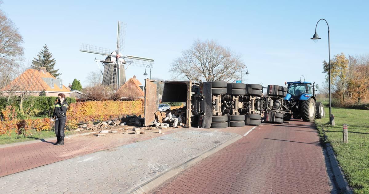 Gekantelde aanhanger met puin verspert Coevorderweg in Ommen.