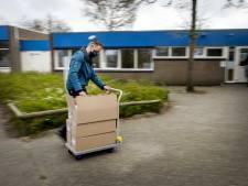 Minister Slob overhandigt Zwolse basisschool eerste zelftests van het land: 'Voor na het tandenpoetsen'