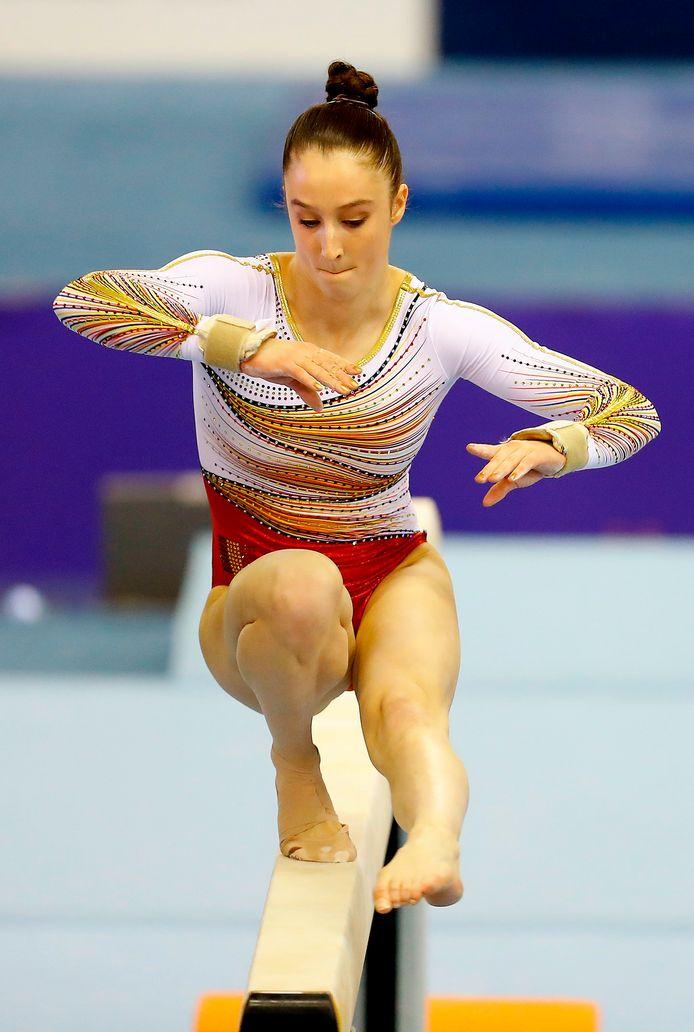 Derwael in actie tijdens haar oefening op de balk, goed voor een zilveren medaille.