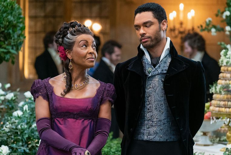 Adjoa Andoh als Lady Danbury en Regé-Jean Page als Simon Basset: The Duke of Hastings in Bridgerton. Beeld