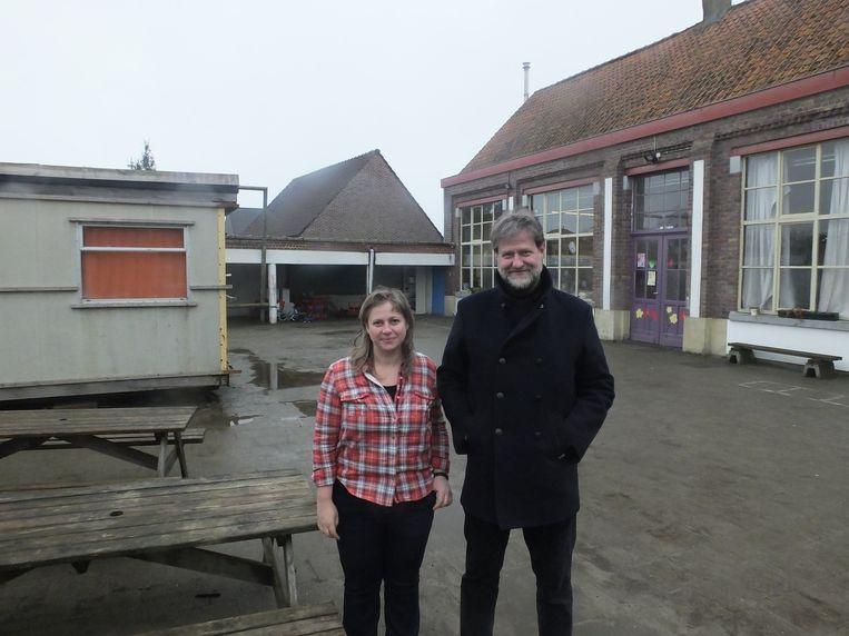 Directrice Ellen De Dapper en coördinator Lieven Godderis met links de container die plaats maakt voor een nieuwbouw en rechts het hoofdgebouw dat een extra verdieping krijgt.