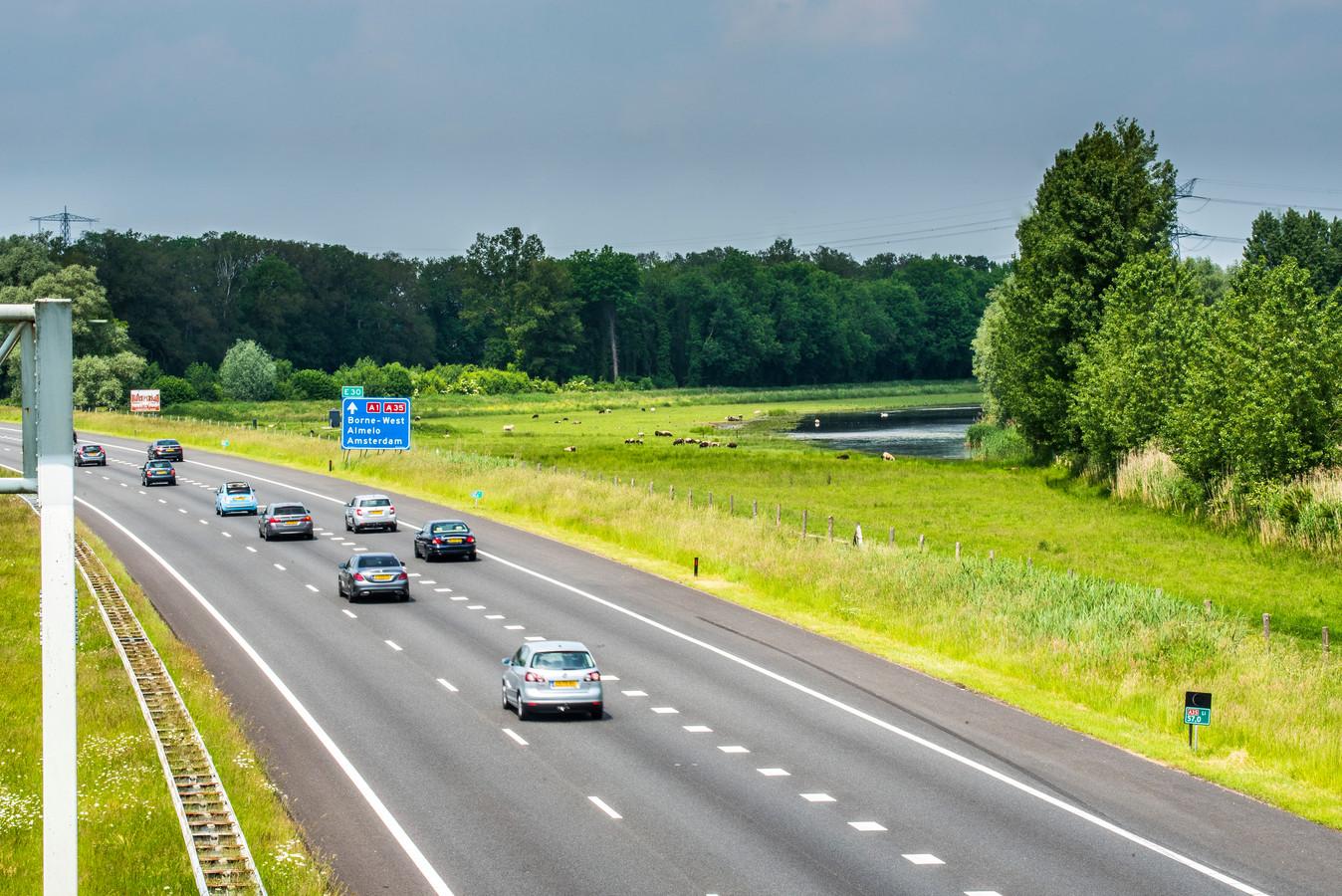 Het retentiegebied Woolde  waar de A35 en de A1 bij elkaar komen en wat de geschikte plek voor windmolens zou zijn.
