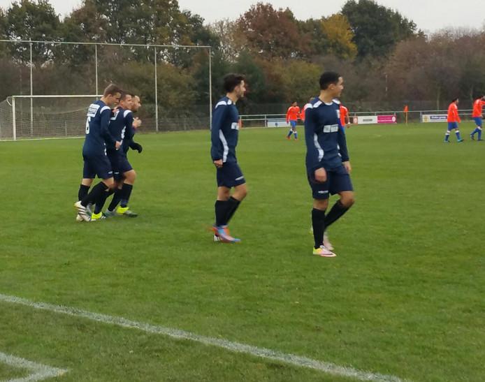 Roy Bijsterveld (tweede van links) wordt gefeliciteerd door zijn ploeggenoten.