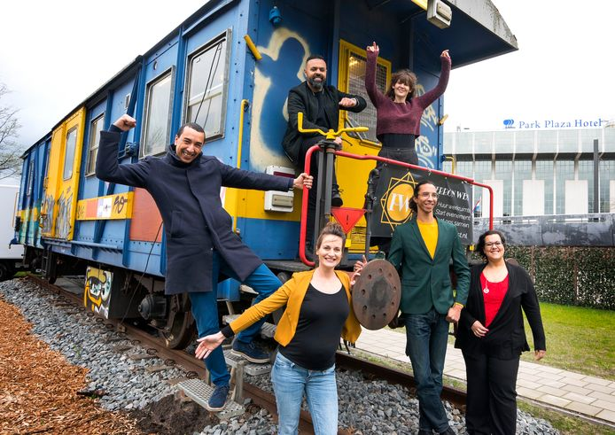 De initiatiefnemers die de treinwagon naar het Westplein hebben gehaald.