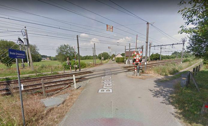 De spooroverweg in de Brede Driesstraat in Hombeek.