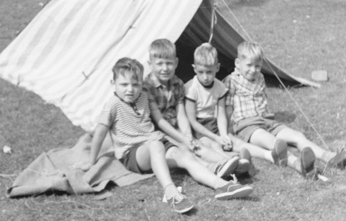 Willem Post met zijn vriendjes in Morgenstond.