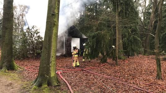De brand vond plaats in een bosrijke omgeving in Wijhe.
