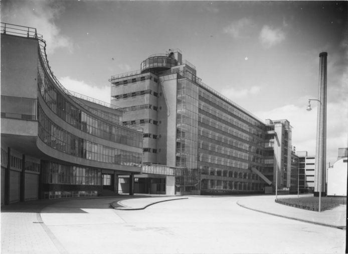 Van Nelle Fabriek in 1930. Klaar om in gebruik te worden genomen. Een ontwerp van Brinkman en Van der Vlugt dat veel lof toegezwaaid zou krijgen. Veel beton, veel kolommen, veel glas.