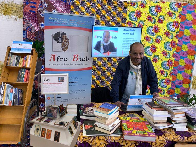 Kibret Mekonnen tijdens de boekeninzameling voor de Afro-bieb. Beeld Afro-bieb