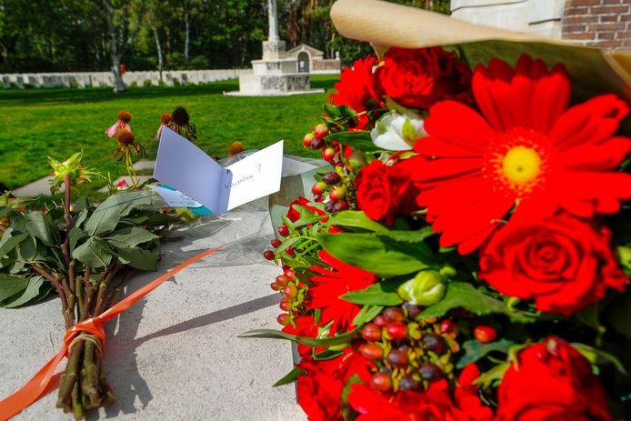 Bloemen bij het  Oorlogsbegraafplaats in Mierlo na dat het beklad werd