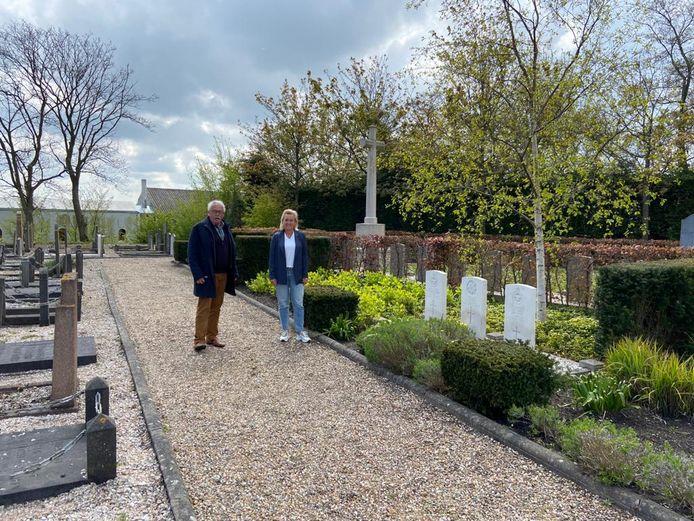Cor van der Mark en Jenny Vermeer bij een aantal oorlogsgraven.