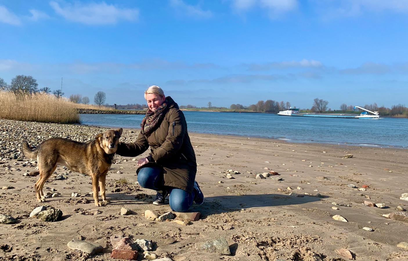 Mariska Bouwmeester met hond Wickie op het strandje langs de Lek bij Ameide.