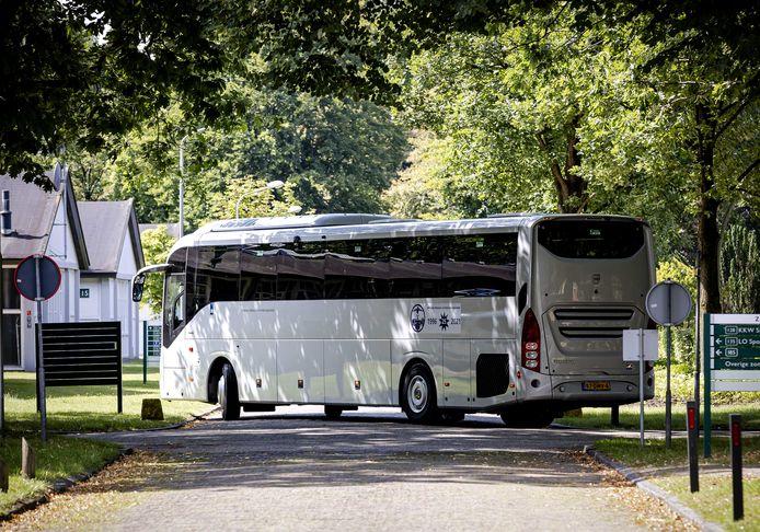 24 augustus: een bus met Afghaanse vluchtelingen komt aan bij legerplaats Harskamp. De verwachting is dat zij op korte termijn weer vertrekken uit het Veluwse dorp.