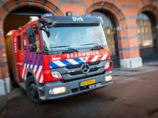 Omstanders blussen in brand gestoken deurmat bij woning in Weert