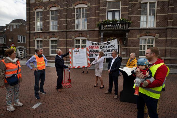 Omwonenden van nieuwe spoortunnel overhandigen burgemeester Greet Buter een hele lading handtekeningen omdat ze zich zorgen maken over de effecten van de tunnel.