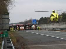Vrachtwagenchauffeur ernstig gewond bij bizarre crash op A1 bij Apeldoorn