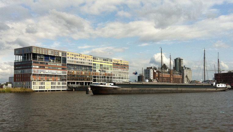 De graansilo (rechts op de foto) op de Silodam is een goed voorbeeld van hergebruik van oude panden in Amsterdam. Beeld
