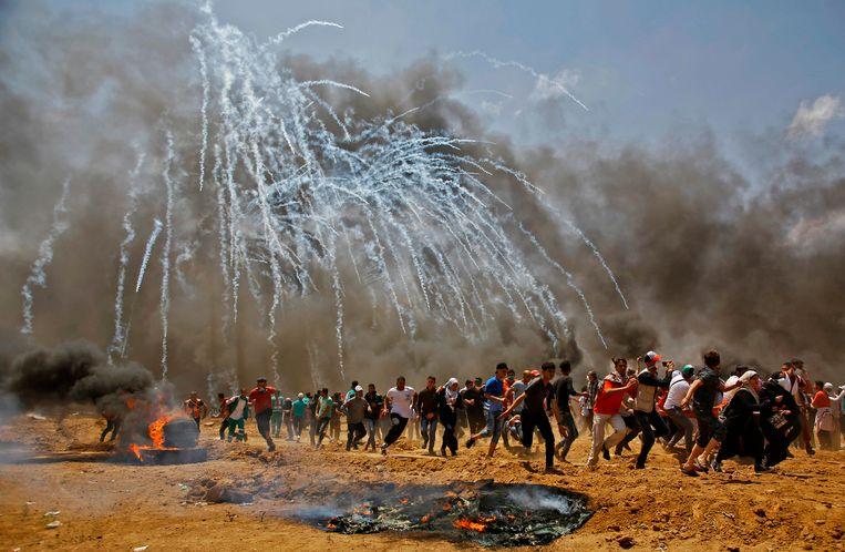 Palestijnen vluchten voor een aanval met traangas. Beeld AFP