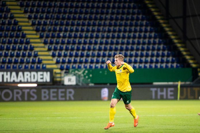 Fortuna-speler Zian Flemming juicht in een leeg stadion nadat hij zijn ploeg op 3-0 heeft gezet tegen Willem II eerder dit seizoen.