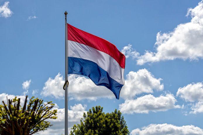 De Nederlandse vlag wappert fier boven het Groene Hart in Rijnsaterwoude. Vlag, wapperen, feest