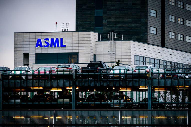 De parkeerplaats bij het hoofdkantoor van chipmachinefabrikant ASML in Veldhoven. 2020 was een zeer succesvol jaar voor het bedrijf.  Beeld Rob Engelaar