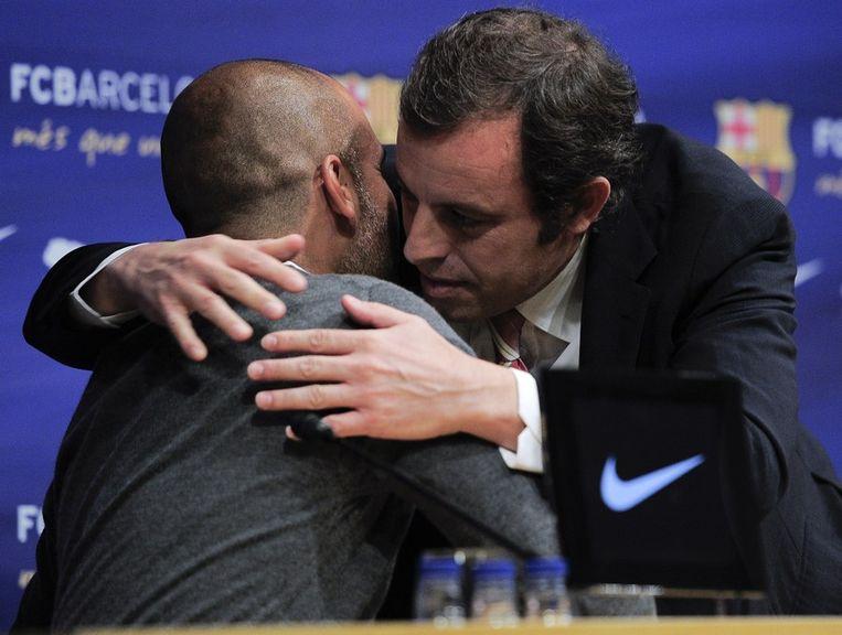 Guardiola krijgt een knuffel van Barça-voorzitter Sandro Rosell. Beeld AFP