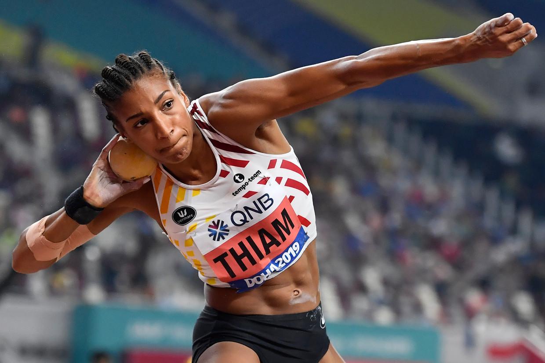 Nafi Thiam gooit de kogel bij haar eerste poging 15,22 meter ver, slechts 29 centimeter onder haar record. Beeld BELGA