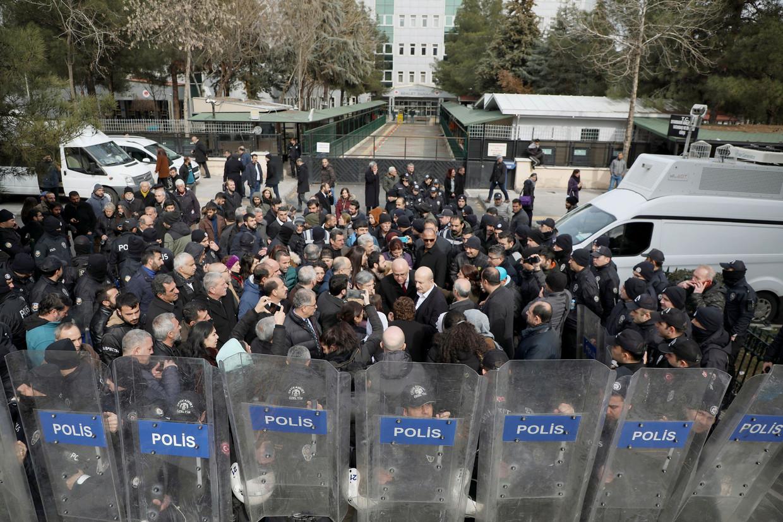 De Turkse oproerpolitie omsingelt demonstranten tijdens een protest in Diyarbakir, begin deze maand. Het protest was een reactie op het ontslag, de arrestatie en de berechting van burgemeester Selcuk Mizrakli. Beeld REUTERS